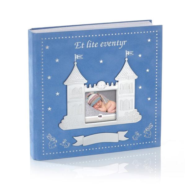 Mestergull Et lite eventyr scrapbook i tinn og blå velur, følger barnet fra barsel til ca. 3 år, god plass til notater og bilder. EIK Ramme