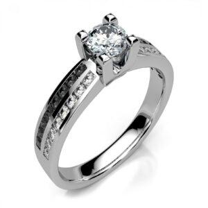 Mestergull Ring i hvitt gull 585 utviklet for kunde. Ringen er fattet med 33 diamanter. Hovedstenen er 0,35 ct. og ringskinnen med 32 sorte og hvite diamanter HSi DESIGN STUDIO Spesialdesign Ring