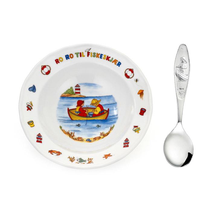 Mestergull Sølv barneskje med grøtskål i porselen i mønsteret Ro Ro Til Fiskeskjær RO RO TIL FISKESKJÆR GUTT Barneskje