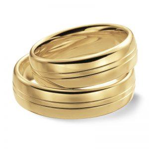 Mestergull Klassiske ringer i gult gull med polert overflate er her gitt to elegante diamantskårne spor som mønster. Mulighetene er mange for å gjøre en personlig vri. Prisene nedenfor er pr. ring. LYKKERINGENE Eksempel Ring