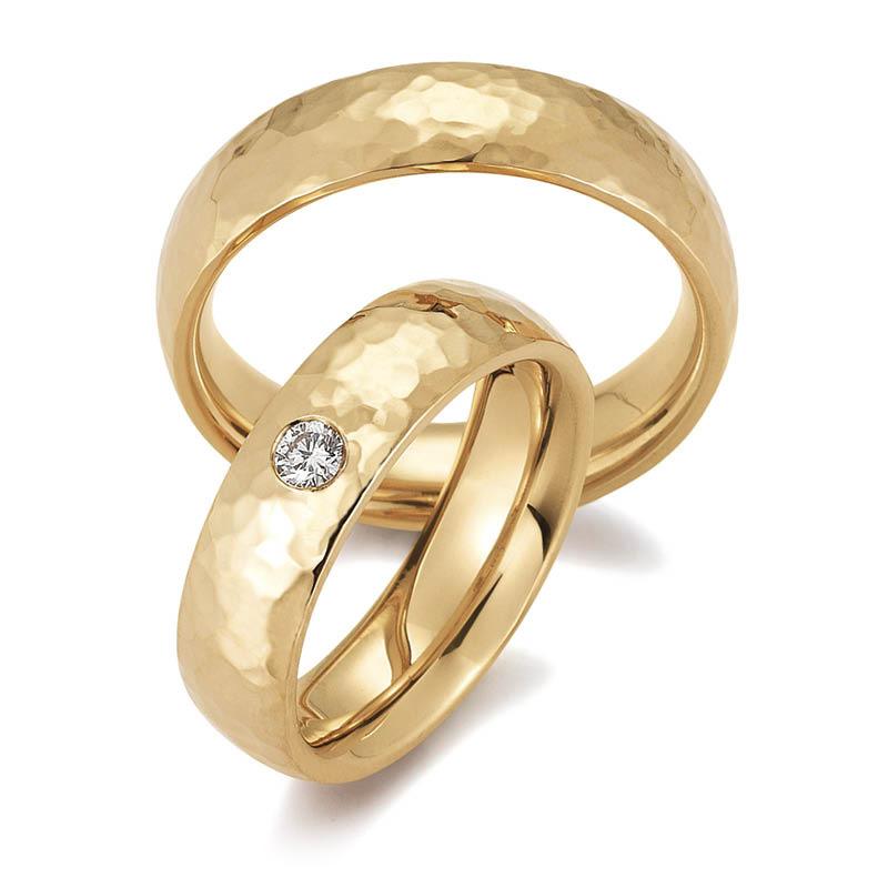 Mestergull Profil 4, vår mestselgende modell er her gitt en hamret overflate og fattet med diamant i dameringen. Prisen nedenfor er pr. ring uten diamanter da disse kan velges i mange størrelser. LYKKERINGENE Eksempel Ring