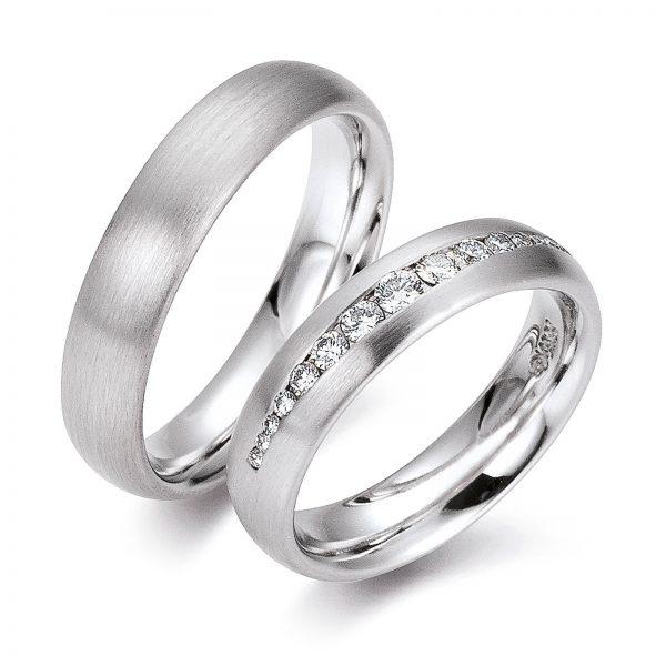 Mestergull Et elegant ringpar i hvitt gull med silkematt overflate. Dameringen er fattet med diamanter i forløp. Prisen nedenfor er pr. ring uten diamanter da disse kan velges i mange størrelser og forskjellig antall. LYKKERINGENE Eksempel Ring