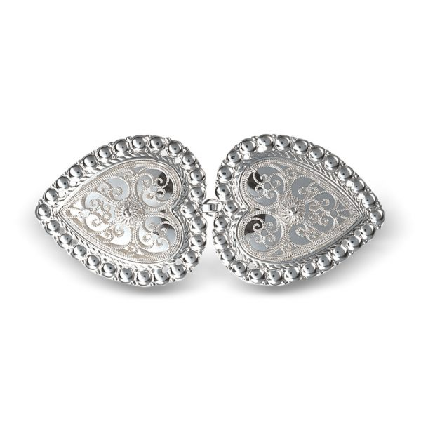 Mestergull Hjerteformet beltespenne i blankt og hvitt sølv for montering på skinnlist. Spennen er omkranset med perlekant og filigrandekor med kruse i midten. NORSK BUNADSØLV Spenne