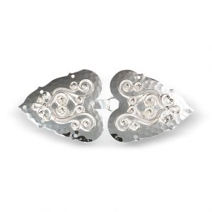 Mestergull Capespenne i hvitt sølv med tradisjonell, påloddet filigran. NORSK BUNADSØLV Spenne