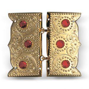 Mestergull Beltespenne i forgylt sølv med røde stener for påsying med dekorative kruser og lekre detaljer. Leveres som par. NORSK BUNADSØLV Spenne