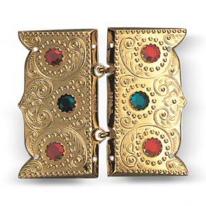 Mestergull Beltespenne i forgylt sølv med røde og grønne stener for påsying med dekorative kruser og lekre detaljer. Leveres som par. NORSK BUNADSØLV Spenne