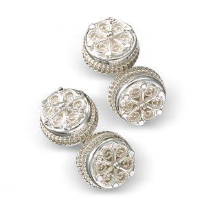 Mestergull Mansjettknapper i hvitt sølv med kruse og flott filigrandekor. NORSK BUNADSØLV Mansjettknapp