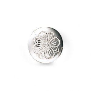 Mestergull Formstøypt, tradisjonell bunadsknapp i hvitt sølv. Symbolet for hell og lykke - selve firkløveren, pryder denne knappen. Finst også i en mindre størrelse. NORSK BUNADSØLV Knapp