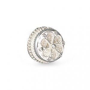 Mestergull Denne halsknappen i hvitt sølv med dekorativ filigran, er en kopi av gamle bevarte modeller. Den blir også kalt hollandsknapp då denne typen knapper trolig ble innført fra Holland og Nordvest-Tyskland. NORSK BUNADSØLV Knapp