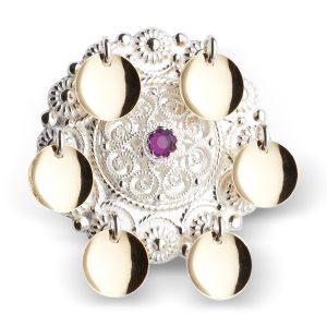 Mestergull Barnesølje i hvitt sølv med 6 glatte, forgylte løv og filigranparti med lilla stein i midten. NORSK BUNADSØLV Sølje