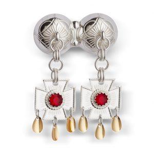 Mestergull Dobbel halssølje i hvitt sølv med korsløvheng og røde stener. NORSK BUNADSØLV Sølje