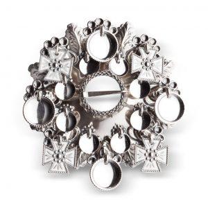 Mestergull Ansiktssølje i oksidert sølv med runde løv og korsløv. Den har opphav fra tidlig på 1800-tallet og har vært mye brukt på Vestlandet, spesielt i Hordaland. NORSK BUNADSØLV Sølje