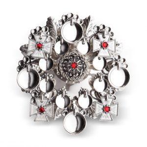 Mestergull Ansiktssølje i oksidert sølv med runde løv og korsløv. Nydeleg rosett med kruse i midten og røde stener. Den har opphav fra tidlig på 1800-tallet og har vært mye brukt på Vestlandet, spesielt i Hordaland. NORSK BUNADSØLV Sølje