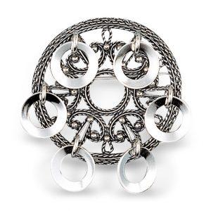 Mestergull Sølje i oksidert sølv til Nord-Trøndelag med støpt filigranbunn og dekorative ringløv. NORSK BUNADSØLV Sølje