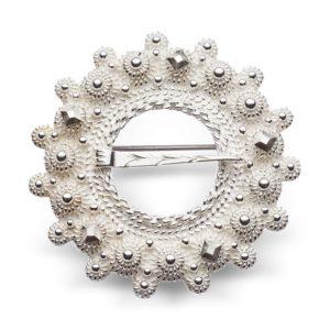 Mestergull Halsring i hvitt sølv og rike detaljer i dekoren. NORSK BUNADSØLV Halsknapp