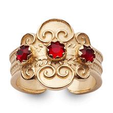 Mestergull Bunadsring i forgylt sølv med tradisjonsrikt filigransarbeid og røde stener. Ringen er regulerbar og passer alle størrelser. NORSK BUNADSØLV Ring