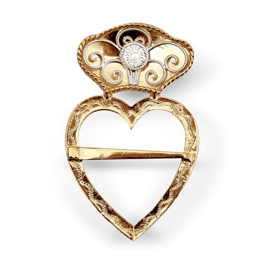 Mestergull Flott hjertesølje i forgylt som som brukes som halssølje til Fanabunaden. Et vakkert kjærlighetssymbol utsmykket med kruse og hvitt sølv. NORSK BUNADSØLV Sølje