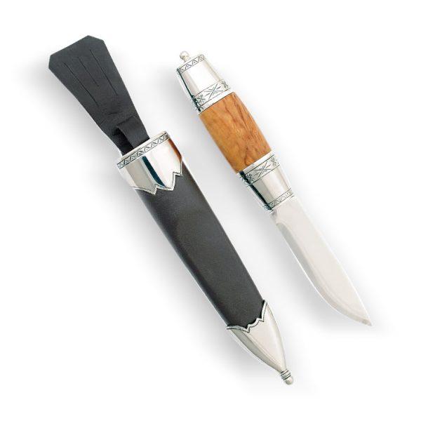 Mestergull Staskaren er inspirert av en knivmodell fra slutten av 1800-talet. Det særegne med kniven er sølvholkene med et rent mønster som dekker mye av skaftet og det slanke knivbladet. NORSK BUNADSØLV Slirekniv