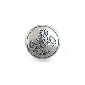Mestergull Bunadsknapp i oksidert sølv til Nordlandsbunaden. Blomstermotivet som pryder knappen er hentet fra broderiet på bunaden. Finnes også i annen størrelse. NORSK BUNADSØLV Knapp