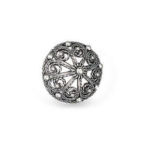 Mestergull Knapp i oksidert sølv med tradisjonell filigrandekor. Denne er mye brukt i Telemark. NORSK BUNADSØLV Knapp