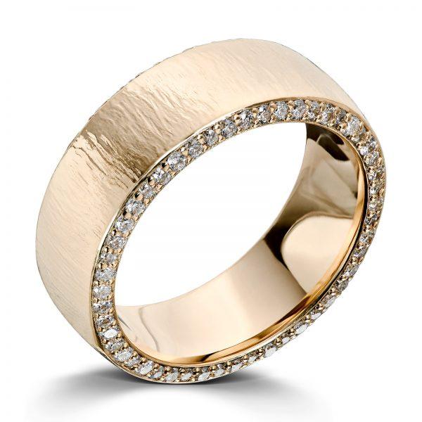 Mestergull Forlovelsesring i gult gull 585 kantfattet med 100 diamanter. Totalt 0,50 ct. HSI. Designet er basert på Lykkeringenes profil 3 med bredde 6mm og solmatt overflate. Herrering ble laget i samme disign uten diamanter DESIGN STUDIO Spesialdesign Ring