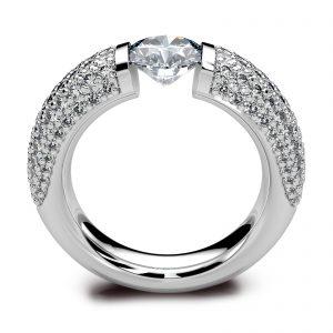 Mestergull Spennring i hvitt gull 585 i kraftig utførelse. Senterstenen er 1,00 ct. og ringskinnen er pavert med hele 134 diamanter med en samlet vekt på 1,00 ct. Total diamantvekt for denne ringen er 2,00 ct. HSI DESIGN STUDIO Solitaire Ring