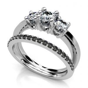 Mestergull Dobbel ring utviklet etter kundens ønske. Utført i hvitt gull 585 og fattet med totalt 23 diamanter, totalt 0,75 ct. Rekke med 20 sorte diamanter totalt 0,20 ct. og 3 hvite brillianter totalt 0,55 ct. HSI DESIGN STUDIO Spesialdesign Ring