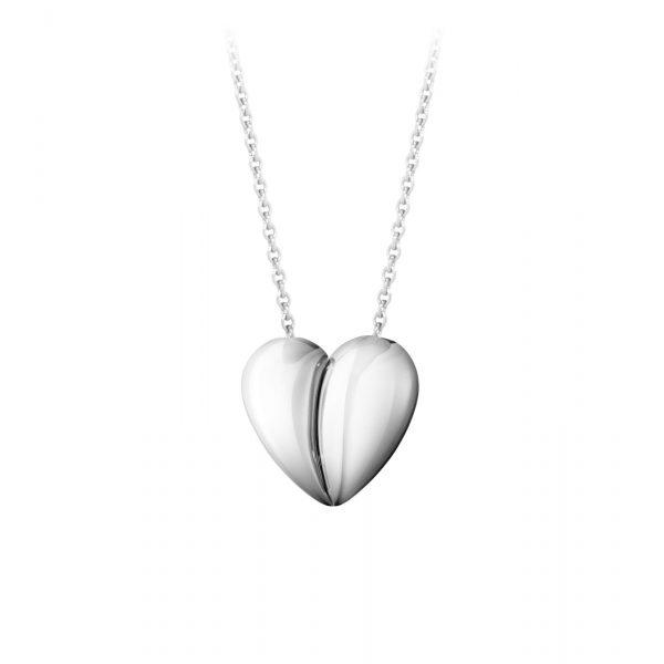 Mestergull To halvdeler som passer perfekt sammen danner det evige symbolet på kjærlighet, et hjerte. Curve anhenget er mesterlig utformet i sterlingsølv GEORG JENSEN Heart Anheng