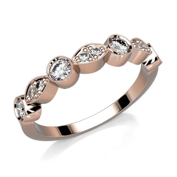 Mestergull Spesialdesignet rekkering i rosè gull 585. Ringen har en petit utførelse og gir et sart uttrykk uten at dette går utover styrke og kvalitet. Ringen er fattet med 10 diamanter 0,01 ct og 0,05 ct. Totalt 0,26 ct. HSI DESIGN STUDIO Spesialdesign Ring