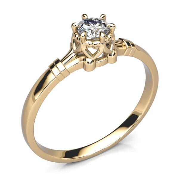 Mestergull Nostalgisk ring i gult gull utviklet for kunde etter skisse. Kundens diamant fra arvestykke er gjenbrukt i det nye designet DESIGN STUDIO Spesialdesign Ring