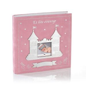 Mestergull Et lite eventyr scrapbook i tinn og rosa velur, følger barnet fra barsel til ca. 3 år, god plass til notater og bilder. EIK Ramme