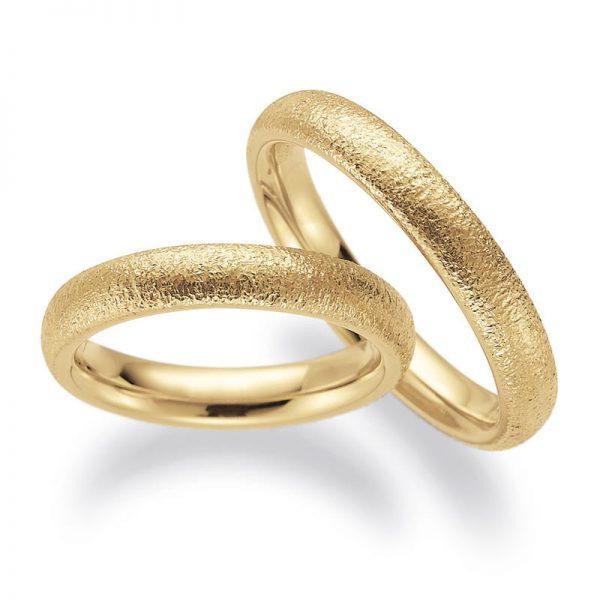 Mestergull Gult gull i Lykkeringenes kraftige profil 1 med solmatt overflate har skapt disse ringene. Kraftig buet innvendig for god komfort. Prisen nedenfor er pr. ring. LYKKERINGENE Eksempel Ring
