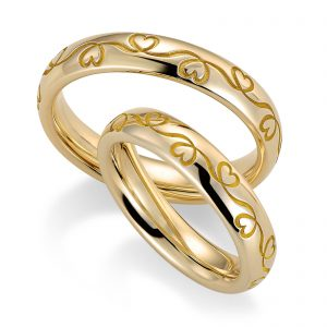 Mestergull Den elegante ringprofil 1 er her utført i gult gull og med lasergravering av kundetegning. Graveringen er dyp og går rundt hele ringen. Prisen nedenfor er pr. ring. LYKKERINGENE Eksempel Ring
