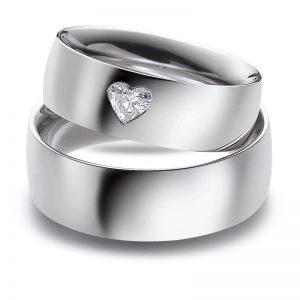 Mestergull Ringene er laget i profil 2 og 7,0 mm bredde. Denne kraftige modellen gjør det mulig å fatte en hjerteslepet diamant - det ultimate symbolet på kjærlighet. Prisen nedenfor er pr. ring uten diamant da denne kan velges i mange størrelser. LYKKERINGENE Eksempel Ring