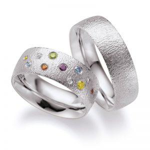Mestergull Kontrastene i det blankpolerte hvite gullet og strukturert overflate er spennedne. Her med et stjernedryss av fargede diamanter i dameringen. Prisen nedenfor er pr. ring uten diamanter da man fritt kan velge antall, størrelse og plassering. LYKKERINGENE Eksempel Ring