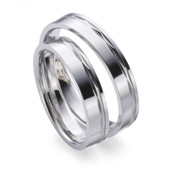 Mestergull Denne ringprofilen er flat utenpå med rette kanter, men innvendig er den buet for å gi god komfort. Her vist i hvitt gull og 4,0 mm bredde og diamantskåret mønster. Prisen nedenfor er pr. ring. LYKKERINGENE Eksempel Ring