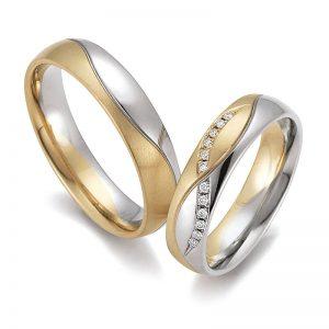 Mestergull Et spennende par i tofarget gull med bølgeformet mønster og diamanter fattet i bue. Prisen nedenfor er pr. ring uten diamanter da disse kan velges helt etter ønske og budsjett. LYKKERINGENE Eksempel Ring