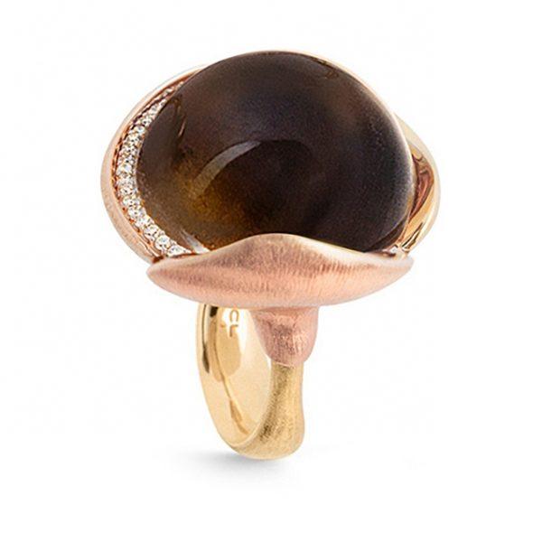 Mestergull Ring Lotus str. 4 i 18 K Gult gull med to blad i rosé gull - 26 diamanter totalt 0,15 ct. TwVs - Røkkvarts LYNGGAARD Lotus Ring