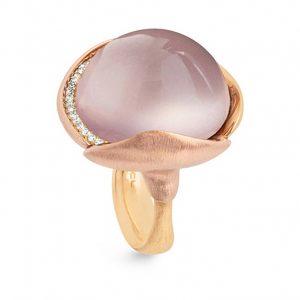 Mestergull Ring Lotus str. 4 i 18 K Gult gull med to blad i rosé gull -26 diamanter totalt 0,15 ct. TwVs - Rosenkvarts LYNGGAARD Lotus Ring