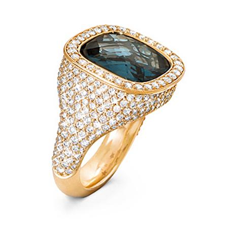 Mestergull Cushion ring i 18 K Gult gull med London blå topas 12x13mm og 294 diamanter totalt 2,14 ct. TwVs LYNGGAARD Cushion Ring