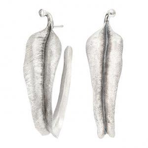 Mestergull Leaves store øreringer i lett oksidert sølv LYNGGAARD Leaves Ørepynt