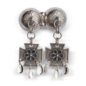 Mestergull Dobbel halssølje i oksidert sølv med rosettdekor og korsløvheng. Typisk for halsknapper i vestlandsområdet, men blir også brukt i Gudbrandsdalen, Valdres og Trøndelag. NORSK BUNADSØLV Sølje