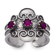 Mestergull Bunadsring i oksidert sølv med tradisjonsrikt filigransarbeid røde stener. Ringen er regulerbar og passer alle størrelser. NORSK BUNADSØLV Ring