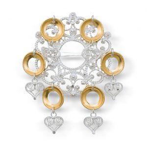 Mestergull Sølje i hvitt sølv med heng og forgylte ringer. NORSK BUNADSØLV Sølje
