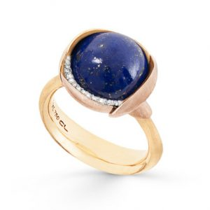 Mestergull Ring Lotus str. 3 i 18 kt. Gult gull med Lapis Lazuli og 2 blad i rosé gull. 13 diamanter, totalt 0,05 ct. TwVs LYNGGAARD Lotus Ring