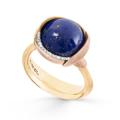 Mestergull Ring Lotus str. 3 i 18 kt. Gult gull med Lapis Lazuli og 2 blad i rosé gull. 13 diamanter, totalt 0,05 ct. TwVs LYNGGAARD Lotus Ring