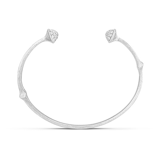 Mestergull Nature armring i 18 kt. HVITT GULL pavért med 52 diamanter, totalt 0,39 ct. TwVs. Satinert overflate. LYNGGAARD Nature Armring