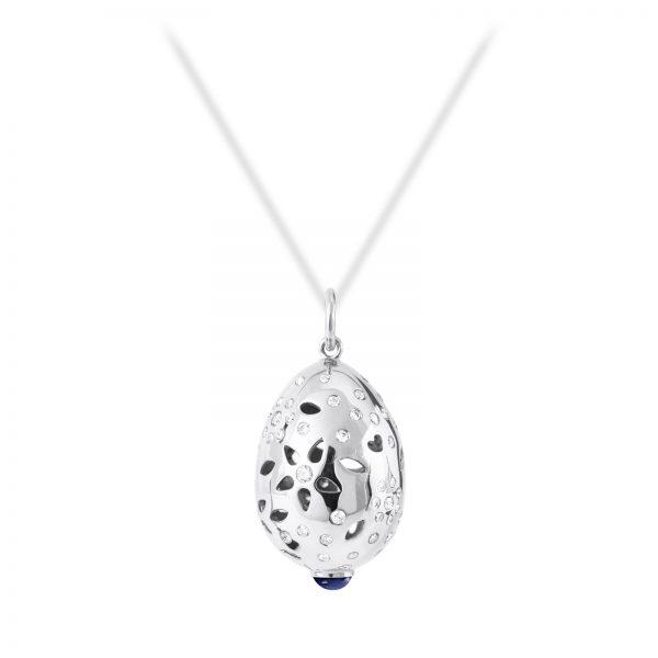 Mestergull Lace Anheng i 18 kt. hvitt gull med lapiz lazuli og 66 diamanter, totalt 0,58 ct. TwVs LYNGGAARD Lace Anheng
