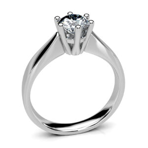 Mestergull Spesialdesignet ring i hvitt gull 585 til kundens diamant. Designet er sart, men kraftig og er innvendig buet for god komfort. DESIGN STUDIO Solitaire Ring
