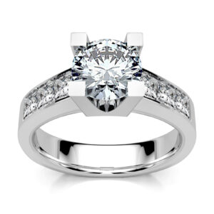 Mestergull Kraftig ring i hvitt gull 750 designet for kunde med gjenbruk av diamanter fra gammel ring. Designet er inspirert av DIVA og utført med en godt innvendig buet skinne for god komfort. DESIGN STUDIO Solitaire Ring